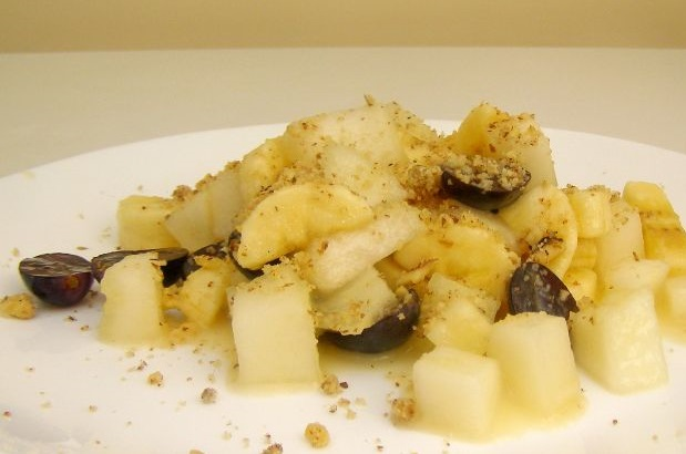 Сладкий салат с дыней и орехами