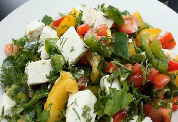 Готовим овощной салат с брынзой и оливково-медовой заправкой