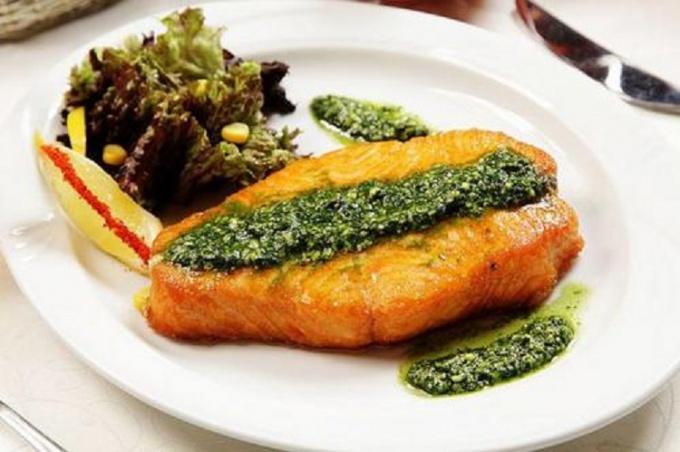 Рыба-меч под сырным соусом песто