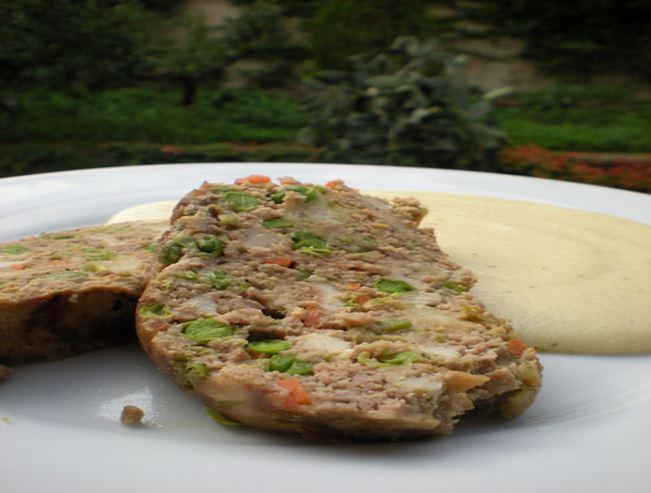 Рулет из говяжьего и свиного фарша с овощами