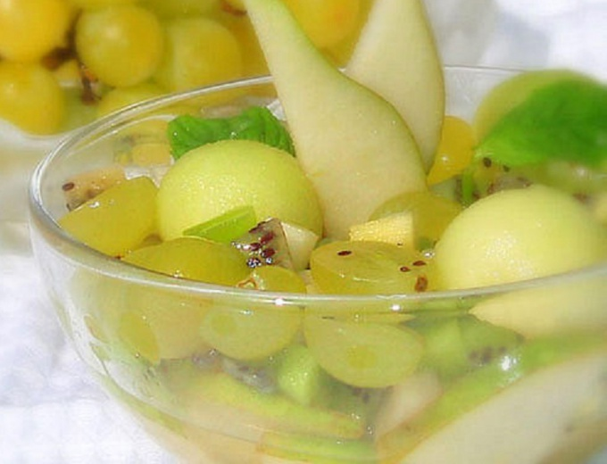 Тропический фруктовый салат с вином