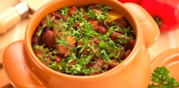 Горшочки с ароматным мясом и фасолью