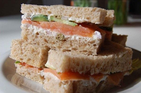 Бутерброды с творогом, лососем и огурцом