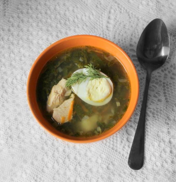 Зеленый суп из щавеля и крапивы