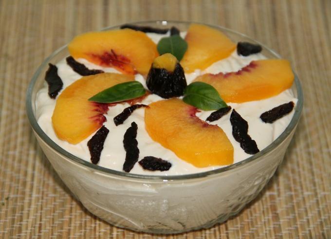 Творожный мусс с персиком и черносливом