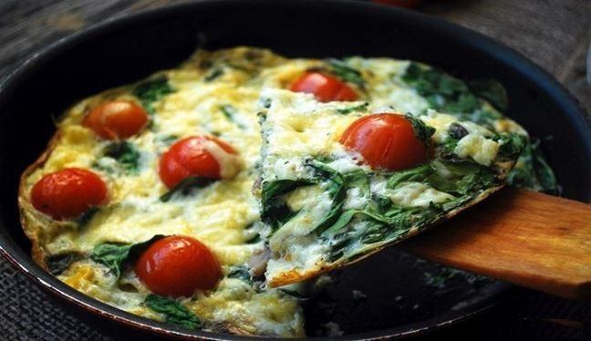 Как готовится фриттата с сыром, грибами и овощами?