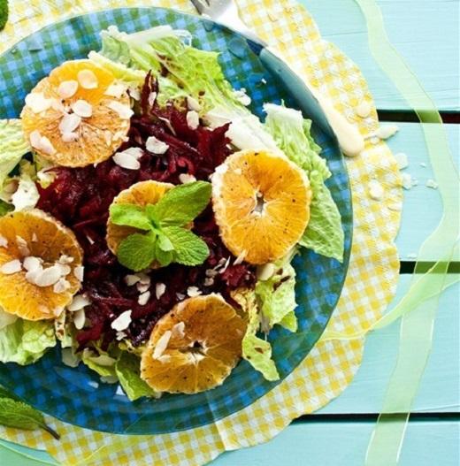 Салат из сырой свеклы с апельсином и мятой