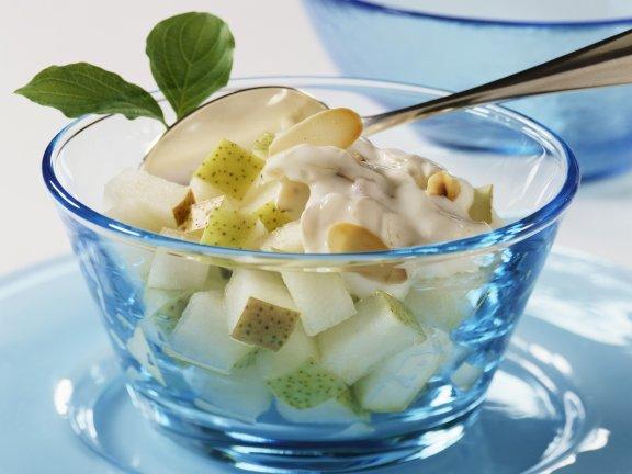 Сладкий сметанный соус с кусочками фруктов
