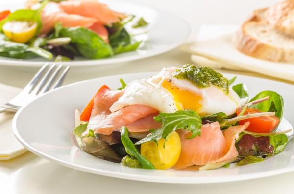 Зеленый салат с тунцом и яйцом-пашот