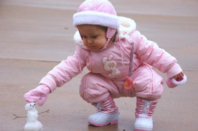 В комбинезоне малышу тепло и удобно