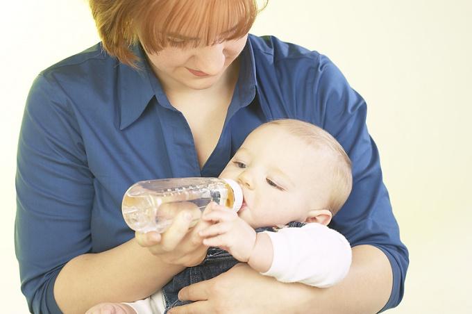 Ребенок с бутылочкой воды