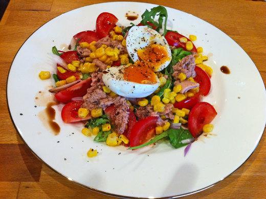 Как приготовить овощной салат с тунцом и яйцом?
