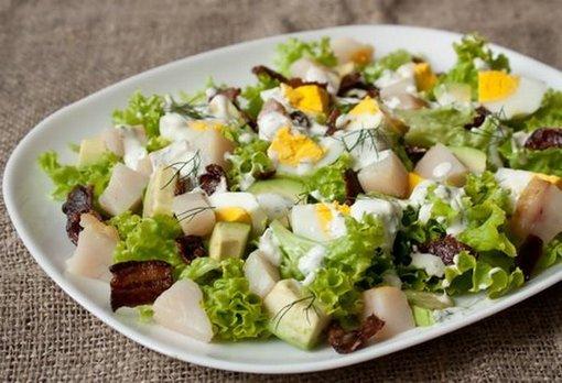 Как приготовить картофельный салат с копченой скумбрией и яблоком?