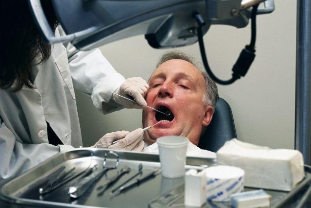 работа врача стоматолога: что делать при почернении десен?