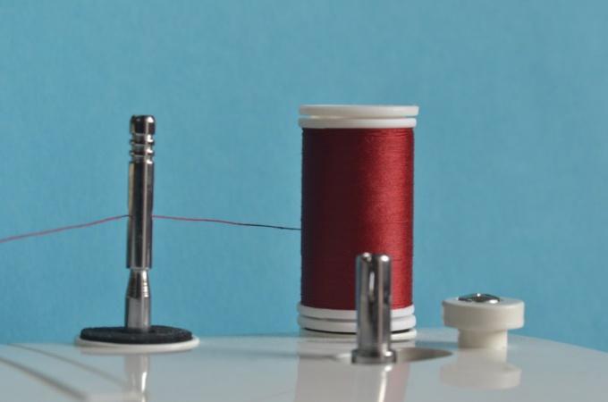 Научитесь заправлять швейную машинку