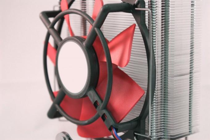 Время от времени нужно производить чистку лопастей системных вентиляторов