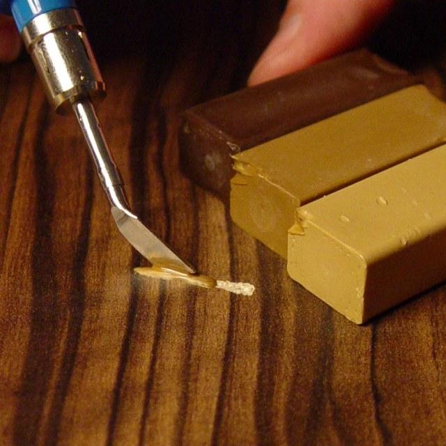 Удаление царапины с линолеума при помощи мастики