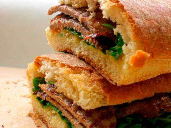 Приготовить сэндвич с говядиной и рукколой