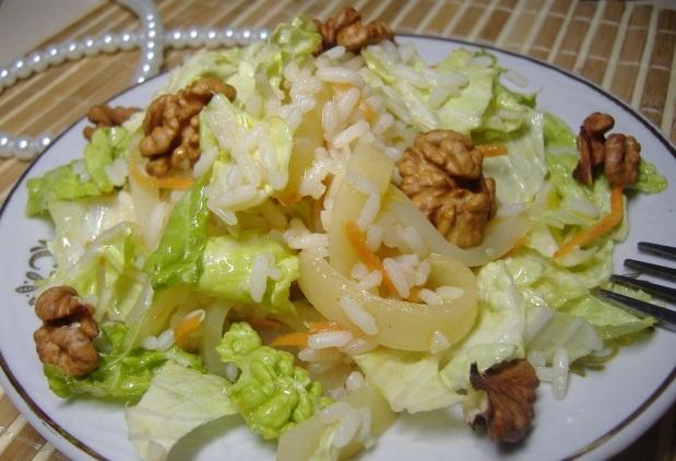 Салат с пекинской капустой, рисом и кальмарами