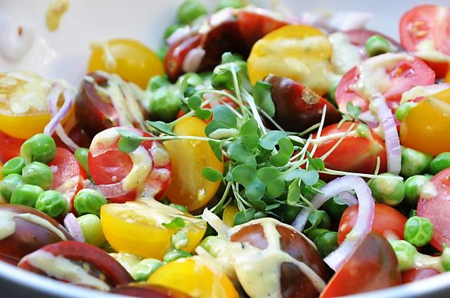 Овощной салат с авокадо и кунжутными семечками