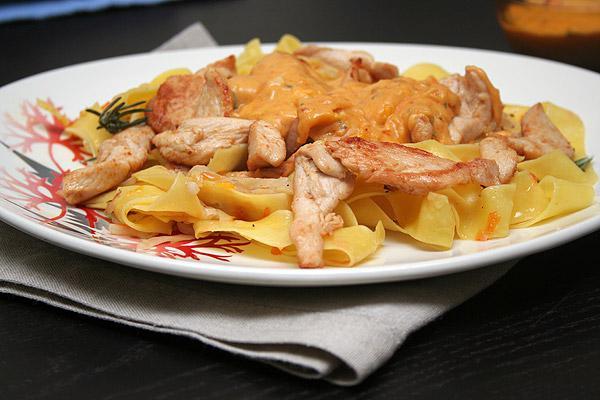 Паста с курицей в сливочном соусе