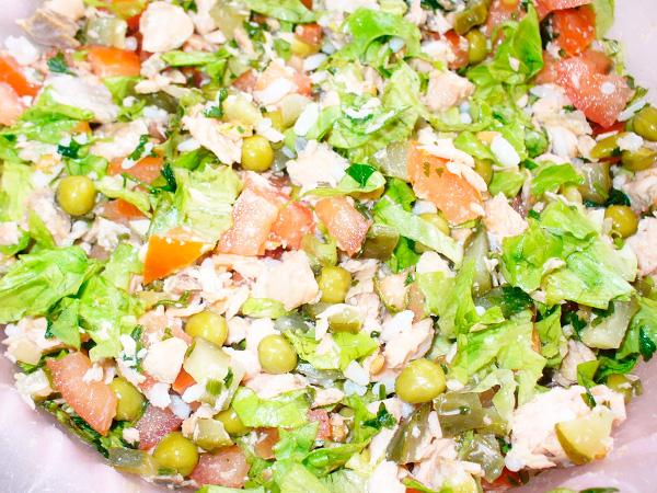 Приготовить салат из копченой рыбы с рисом