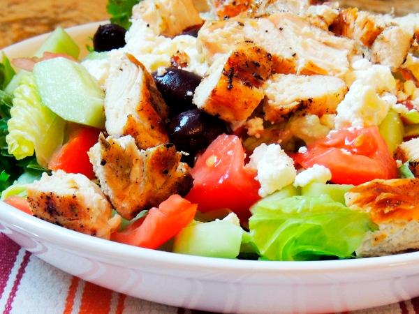Приготовить салат с оливками и курицей