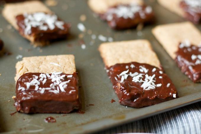 Помимо шоколада, в качестве декора можно использовать кокосовую стружку!