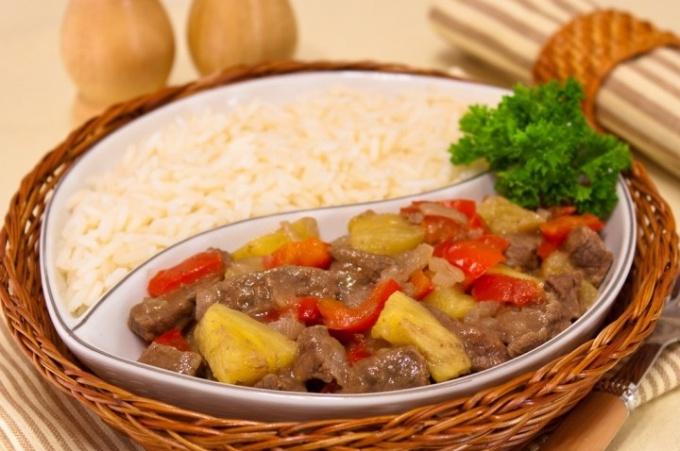 Говядина с ананасами и болгарским перцем