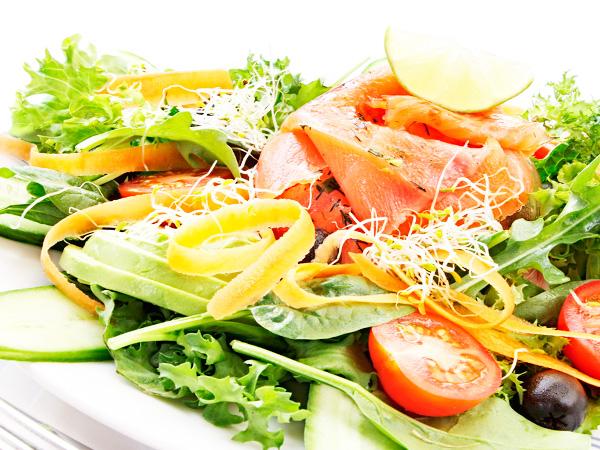 Приготовить салат с отварным лососем