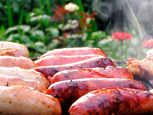 Сосиски с грушами, жаренные на гриле