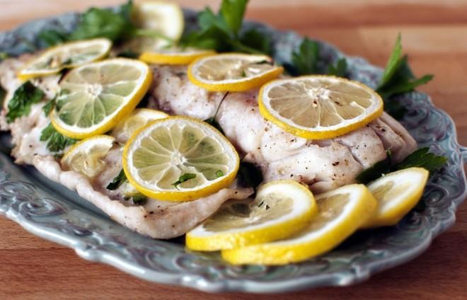 Рыба запеченная с лимоном и чесноком