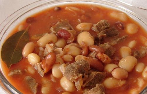 Фасоль с мясом в томатном соусе
