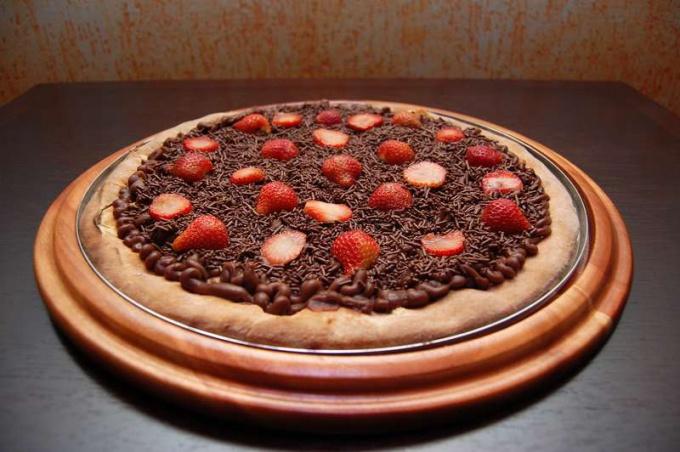 Пицца шоколадная с ягодами