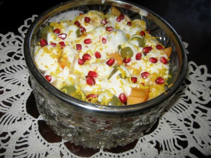 Салат из фруктов с кукурузными хлопьями