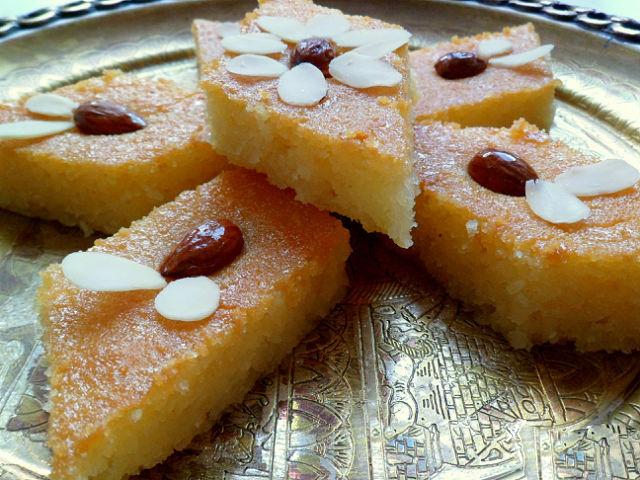 Украсьте готовый десерт лепестками миндаля!