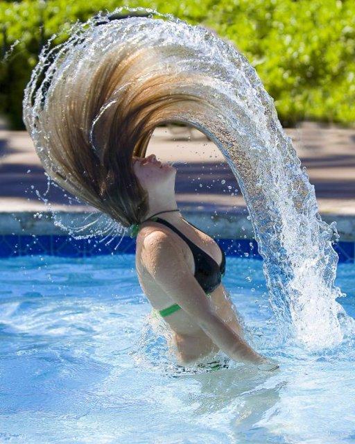 Уход за волосами в жару обязательно должен включать процедуры по увлажнению.