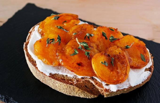Тост из абрикосов с тимьяном