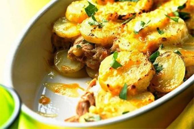 Рыба с картофелем под грибным соусом