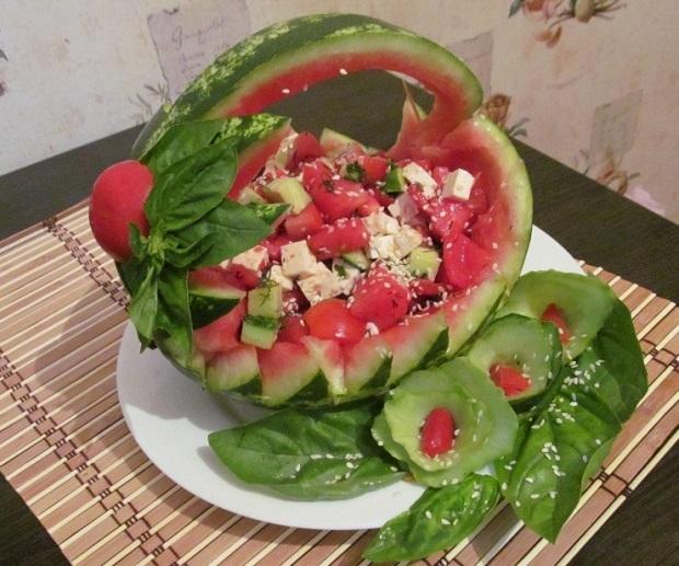 Летний салат в арбузной корзинке
