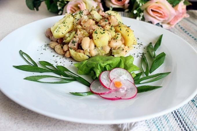 Горячий картофельный салат с ветчиной и фасолью