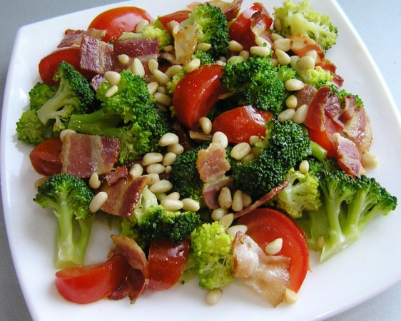 Салат из свежих овощей с беконом и кедровыми орехами.