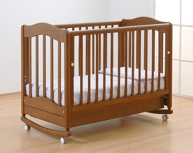 Кроватка с маятником: польза или вред?