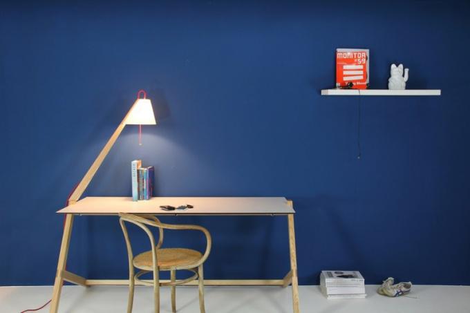 Настольная лампа - важный атрибут письменного стола