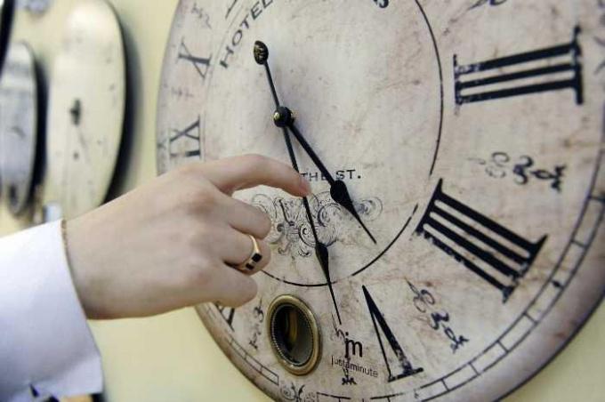Перевод часов на зимнее/летнее время: за и против