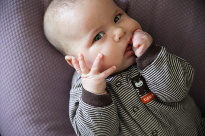 Как отучить ребенка сосать кулачок