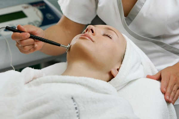 Cleaning person at the beautician: recovery after the procedure
