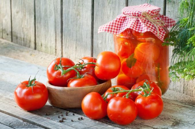 Как законсервировать помидоры на зиму