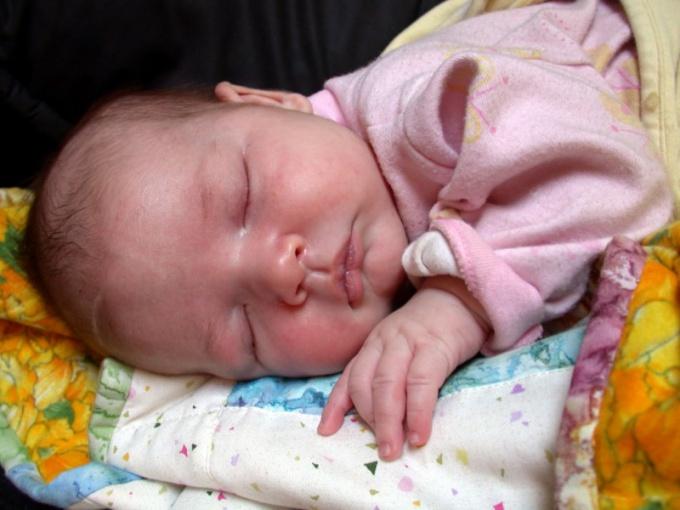 Маленький ребенок спит без подушки