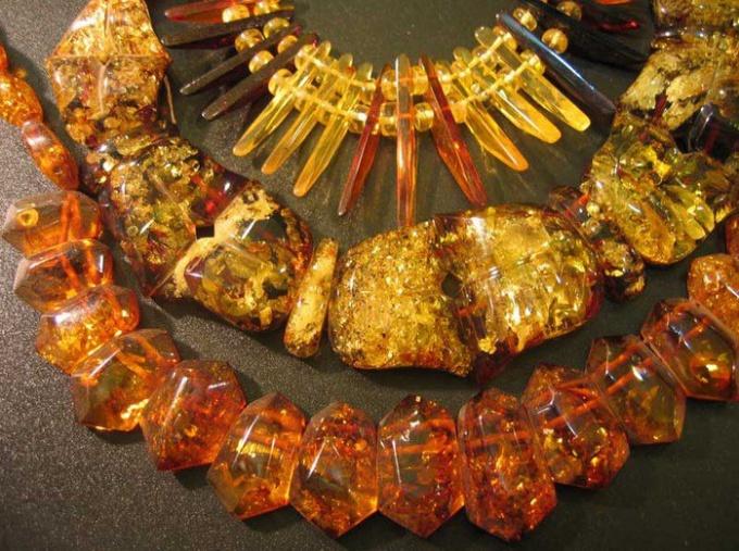 С чем носить янтарные украшения